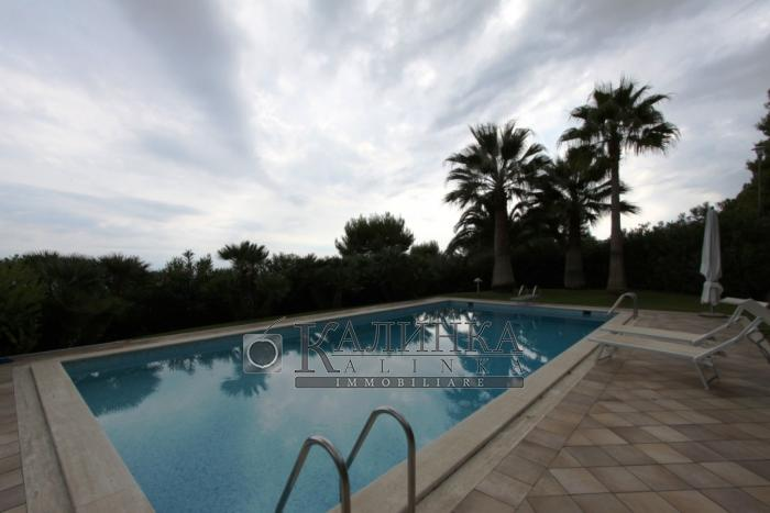 Villa with garden and swimming pool